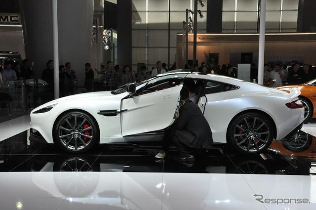 Aston_Martin_Vanquish_white_04.jpg